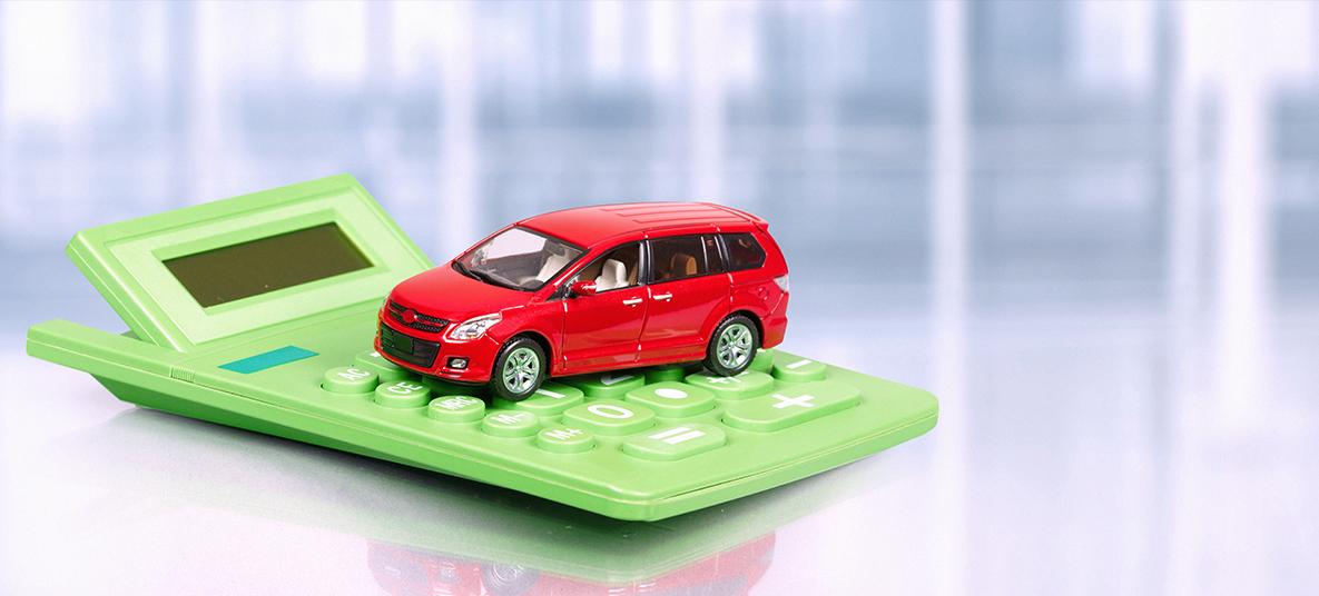 carro vermelho em cima de calculadora verde
