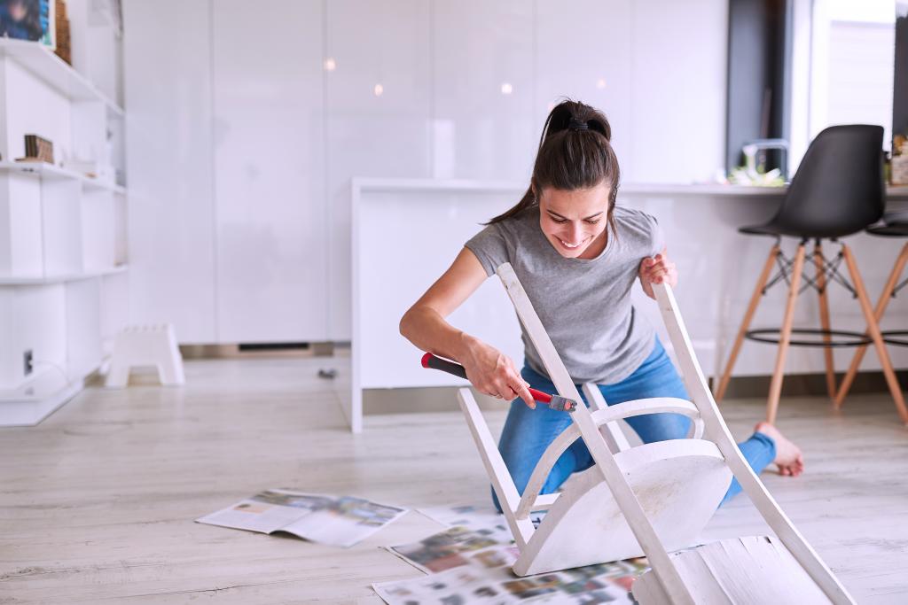 Mulher reformando seus móveis.