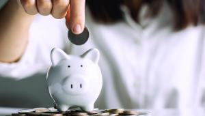 Mulher guardando e economizando dinheiro.