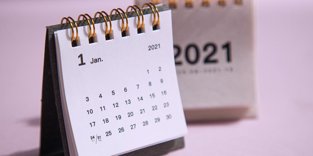 calendário em fundo rosa