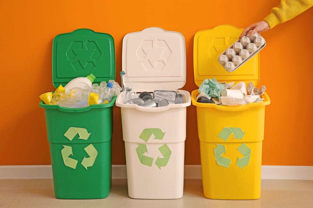 lixeiras recicláveis em fundo laranja